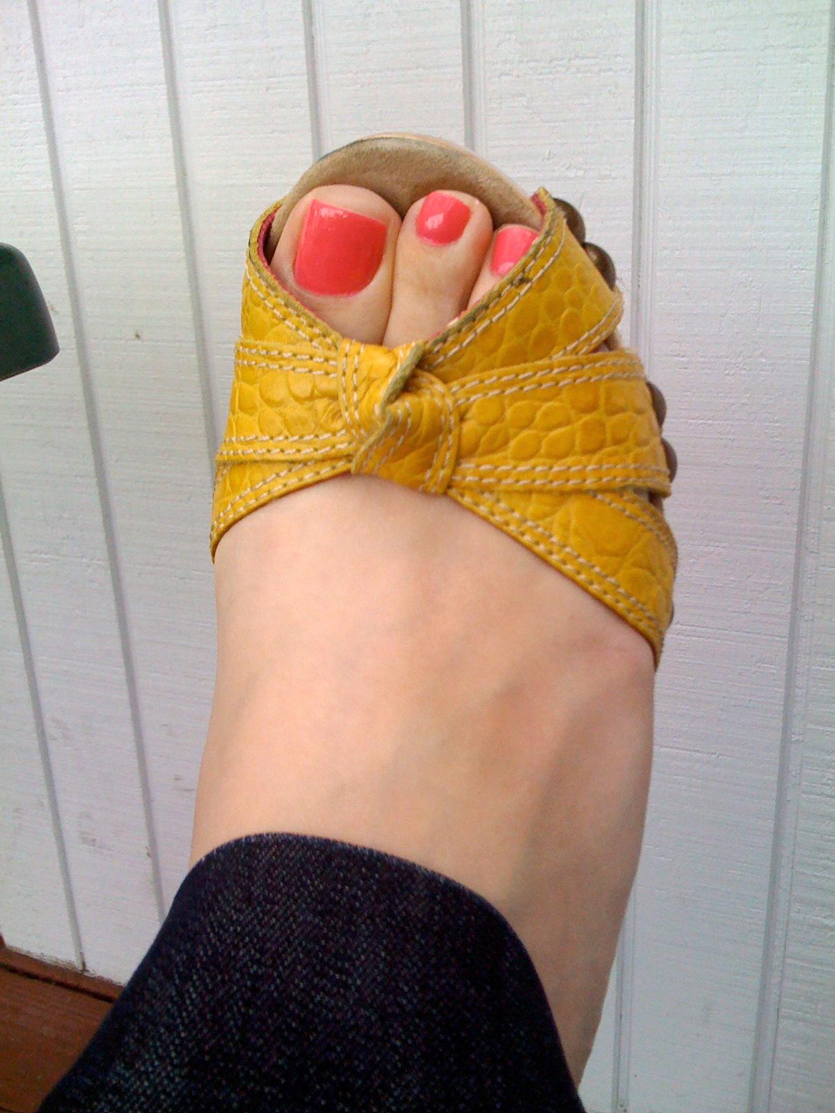 Essie Status Symbol Feet